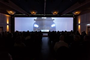 evenementenlocatie auto presentatie projectiescherm