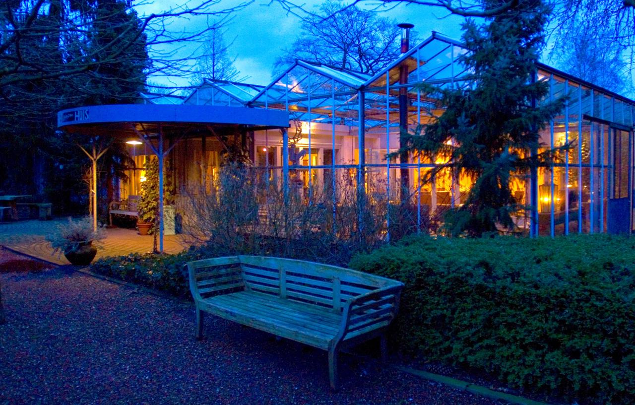 vergaderlocatie Apeldoorn Het Glazen Huis avond tuin